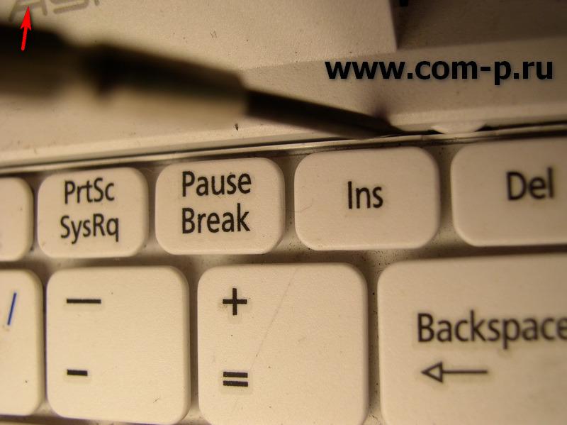 Acer Aspire One. Снимаем клавиатуру тонкой отверткой.