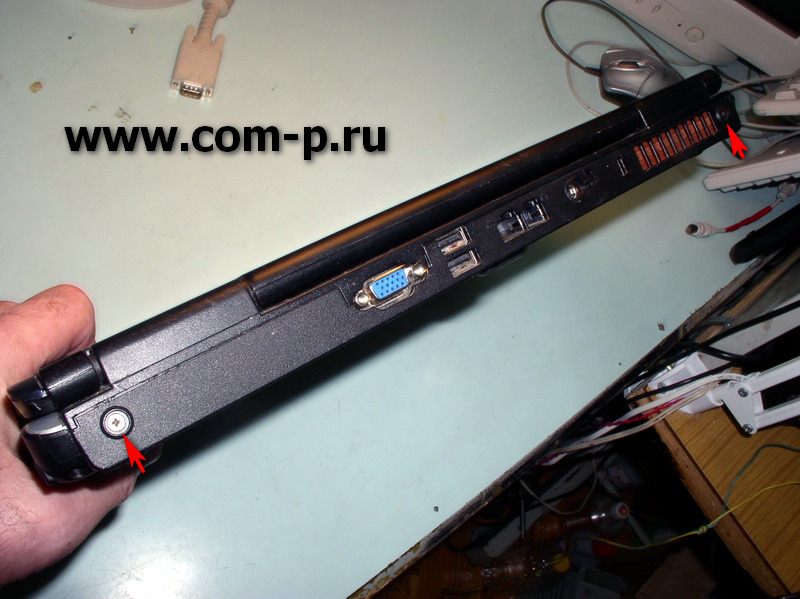 Toshiba Satellite L40-170. Винты крепления на торце задней части.